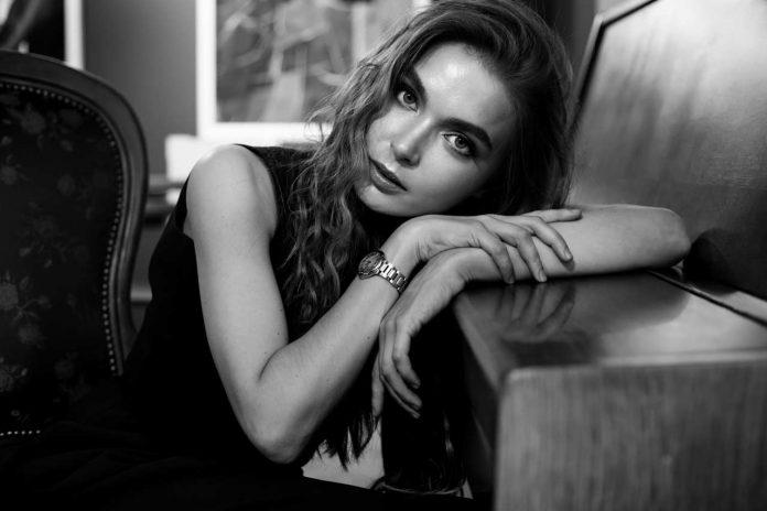 monochrome-portrait-of-amazing-romantic-woman