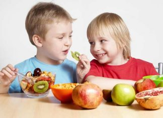 Children-Eating-Fruits